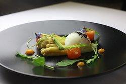 Asperges blanches, sauce légère et œuf de ferme cuit à 63°c