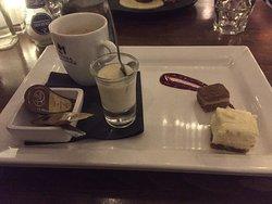 Carpaccio, Heilbot, en koffie met zoetigheden. Echt goed gegeten