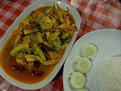 Tigerprawns mit Currypulver und Gemüse