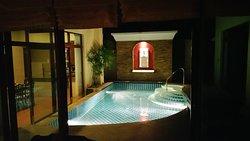 La piscine de nuit avec eclairage