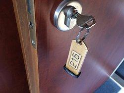 itt még a rém kényelmetlen kulcsos rendszer működik, abból is 1 db/szoba!!!!