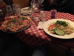 Очень вкусная пицца. До 15.00 цены ланча- блюда по 9,7 евро, учитывая цены в Хельсинки на еду эт