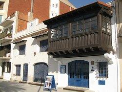 El Museo Casa Barral visto desde el paseo marítimo de Calafell