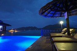 Poolbereich bei Nacht