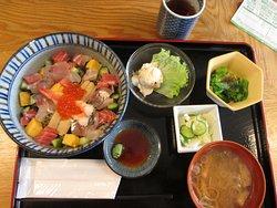 里山食堂の海鮮丼定食ー食材は地元保田漁港から直送