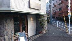 駒沢通り沿いの店です。