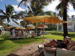 Jardins entre a piscina e a praia