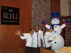 Front desk staff smiles everywhere at the RIU thank you guys keep up the great service !!!