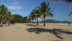 sehr breiter feinsandiger Strand mit der Insel Nosy Mangabe im Hintergrund