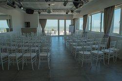 Salón de eventos totalmente equipado y con una increíble vista al mar.