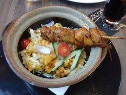 Pasta con pollo al estilo malasia.