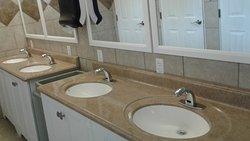 Vier Waschbecken - astrein sauber - wie Neu