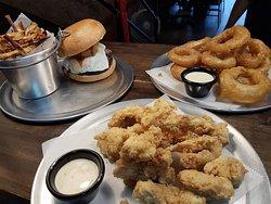 Aros de cebolla, dedos de pollo y texan burger con extra huevo