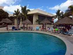 Excellent Resort, Lots of Pool Seating, Great Drink Service, Fun Time