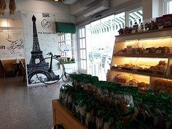 เป็นร้านที่เหมาะกับการนั่งกินขนม ชา กาแฟ กับแฟน หรือเพื่อนฝูง ราคาไม่แพงมาก ร้านน่ารัก