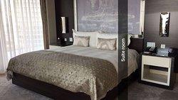الفندق في مول زورلو من أرقى فنادق اسطنبول والغرف على مساحة تبدأ من 65 متر الى الأجنحة 165 متر وا