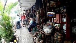 Pasar Loak di Jalan Surabaya