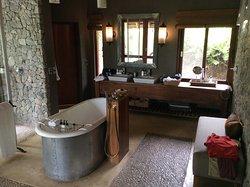 Badezimmer mit Badewanne und Innendusche