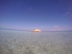Une plage d'une eau cristalline. Prenez sur la droite et allez vers le rocher en coupant par la