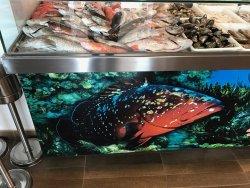 Gran expositor de pescado fresco..