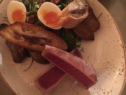 Tonno scottato con uova sode patate al forno e insalata fresca.