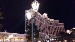 Es un hotel bellísimo, ubicado en el centro mismo de Las Vegas. Excelente atención y ubicación.