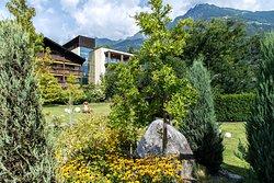 Gepflegte Gartenlandschaft im Hotel Wiesenhof bei Meran