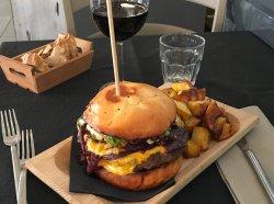 Bon appétit et il vous en faudra pour terminer ce copieux et délicieux hamburger !