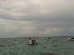 Apesar do tempo ruim a cor do mar impressiona de tão bonita.