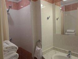 Salle de bain avec douche, produit d'accueil, seche cheveux.