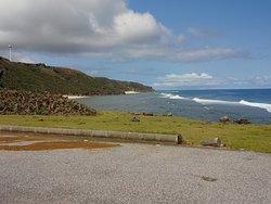 崖下の海岸の駐車場です。海がすぐそこです。