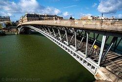 利奥波德-塞达-桑戈尔行人桥