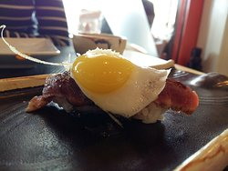 Niguiri de presa iberica con huevo de codorniz, espectacular