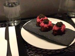 Steak tartare en frites with caviar