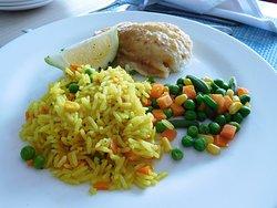 plat de poisson servi avec du riz et une macédoine de légumes