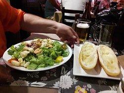 Салат цезарь и хлеб с чесноком