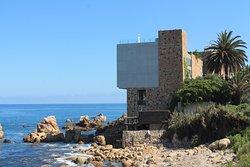 Hotel colgando en el océano