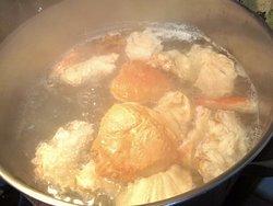 予約時には必ず毎回、かにガラでダシを作ります。かに鍋や天つゆにも使用する拘り。 京都蟹割烹【かに満】