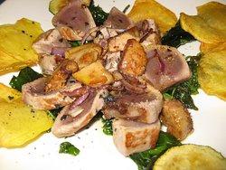 Atún rojo con foie y verduras.