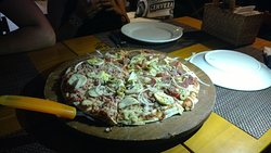 Pizza com massa fina e bastante recheio