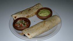 Taquito Big o burrito acompañadas de 2 salsas
