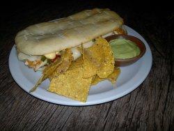 Ambicioso lomo mexicano con nachos y guacamole