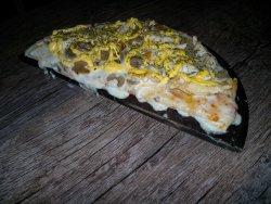 Pizza con tiritas de pollo con champignones y queso cheddar
