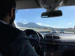 Condutor de paletó e gravata, falando a língua Portuguesa, cuidadoso no tráfego e muito gentil.