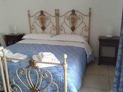 Ampia e luminosa camera con balcone su Via Delle Torri