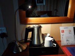 Wasserkocher und Tassen ohne weiteres Zubehör