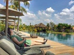 超大泳池,可享受到藍天白雲與綠意盎然的稻田景色。