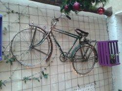Παλιό ποδήλατο κρεμασμένο στον τοίχο