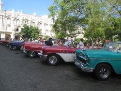 los autos antiguos tipicos de la habana estan esperando para ser alquilados por los turistas, re