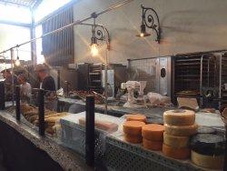 Balcão de queijos e pães